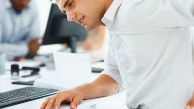 Estudio examina el impacto de las estaciones de trabajo sentado-de pie para reducir el dolor crónico de espalda en los trabajadores de oficina.